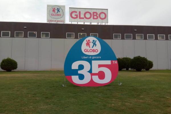 realizzazione totem globo giocattoli
